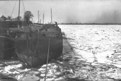 Lastkähne auf dem zugefrorenen Rhein bei Baerl 1928