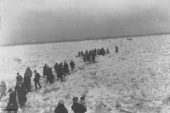 Der zugefrorene Rhein als Fußgängerüberweg 1928